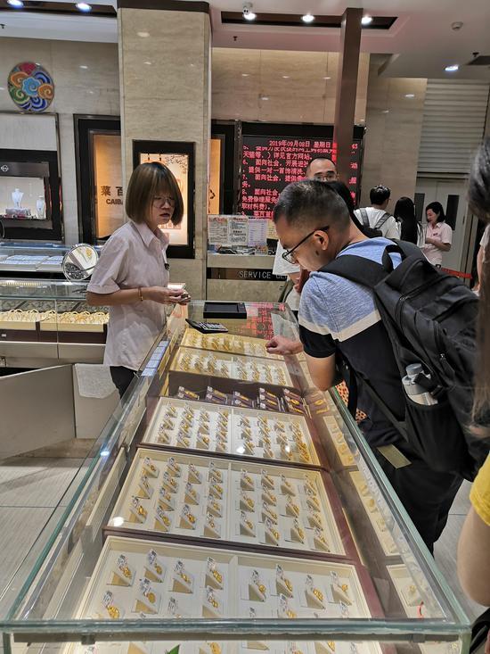 金价下跌,菜市心百货阛阓饰物柜台吸收了很多主顾恋恋不舍。  新京报记者 张姝欣 摄