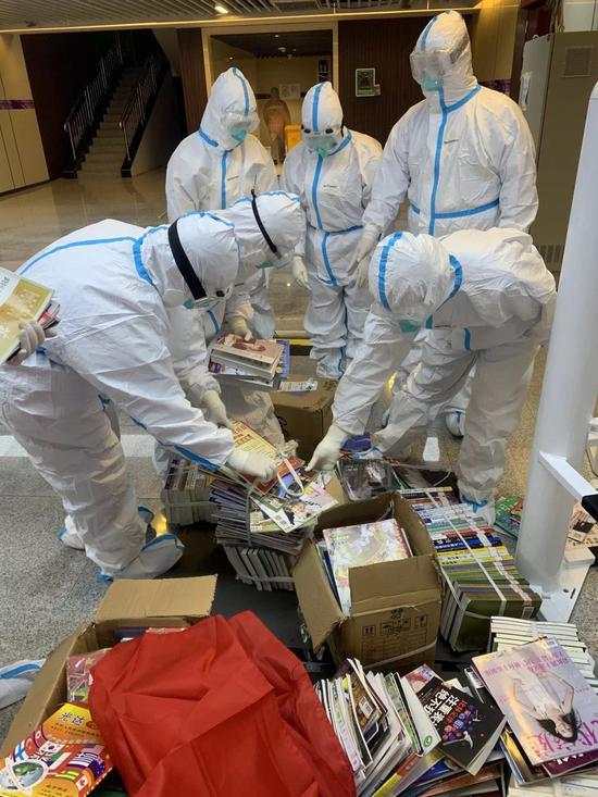 医护人员为患者们准备了许多图书。受访者供图