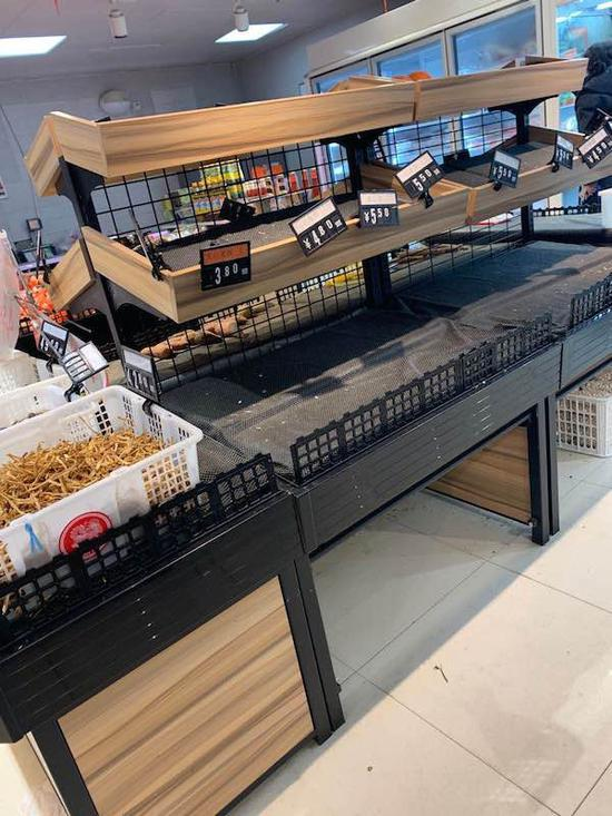 略感尷尬的是,每天志願者下班後已是傍晚,超市的菜架已經所剩無幾