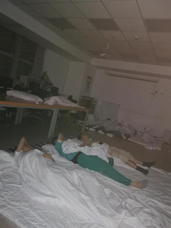 郑大一附院医生:医院停水停电 我们把病人抬下13楼图片