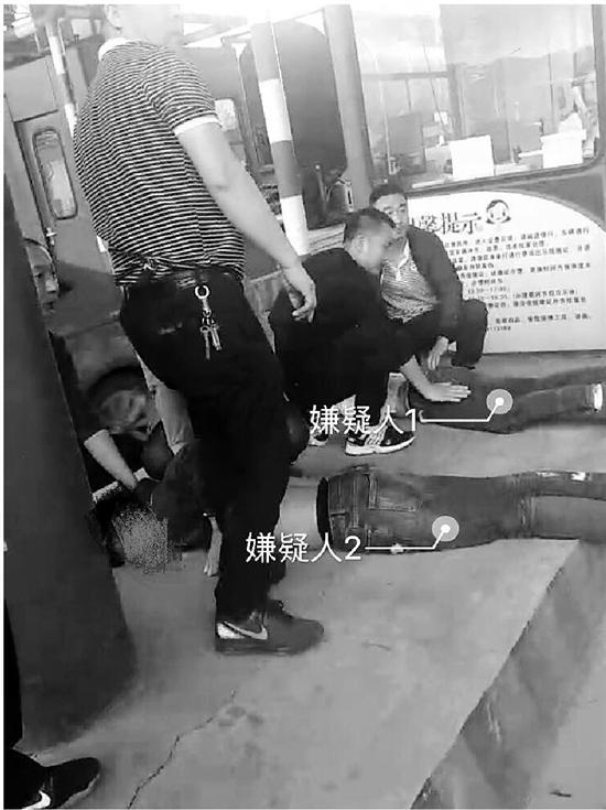 下图:警方抓获嫌疑人。