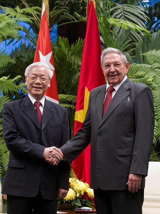 当地时间2018年3月29日,古巴哈瓦那,古巴总统卡斯特罗(右)会见越共中央总书记阮富仲(左)。 视觉中国 图