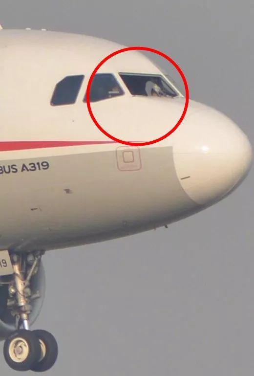 ▲驾驶舱右座前风挡玻璃破裂脱落  图据网络