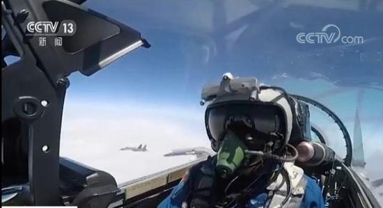 图为解放军战机飞行员遭遇台军机。(央视截图)