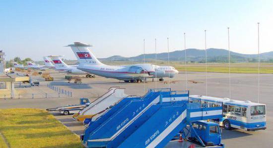 平壤機場上高麗航空的伊爾-76運輸機和圖-154客機以及伊爾-76客機