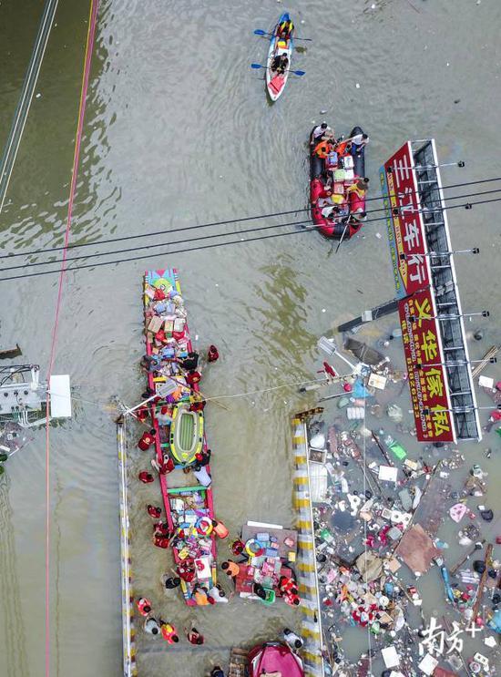 谷饶镇华里社区,积水最深超过两米。