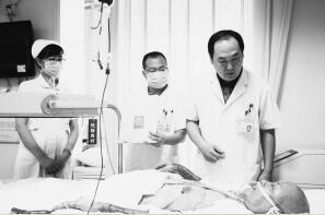 医院烧伤外科主任赵连魁(右一)为康先生查体。