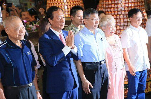 郭台铭与柯文哲及其父母一同参拜新竹城隍庙 图源:联合报