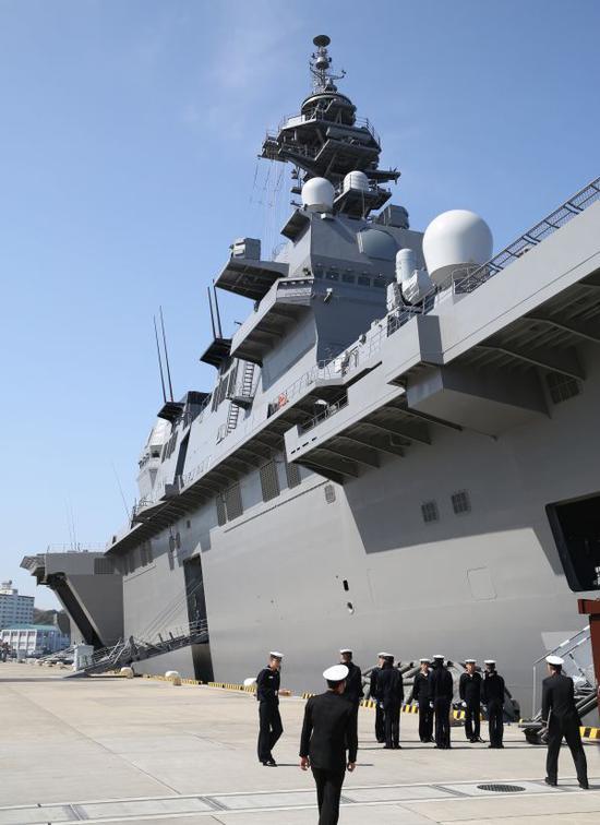 """这是日本海上自卫队横须贺基地拍摄的""""出云""""号直升机驱逐舰。 新华社"""