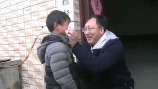 县委书记替男孩擦鼻涕走红