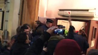 法国总统夫妇剧院看戏遭抗议者围堵