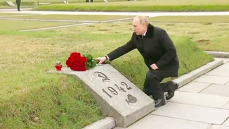 普京单膝跪地向在二战中死去的兄长献花