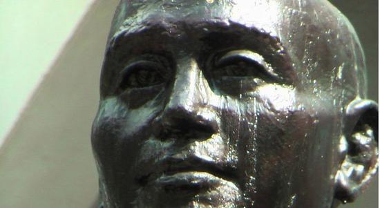 蒋介石的铜像仿佛留下了眼泪(图片来源:联合新闻网)