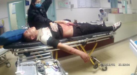刘某在医院接受治疗 摄影/通讯员王丹