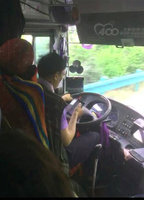 司机驾驶途中玩手机 青海新闻网 图