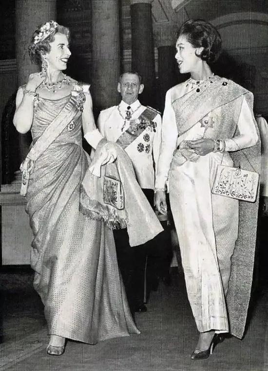 ·诗丽吉和丹麦英格丽德王后(左)同行也别有韵味。