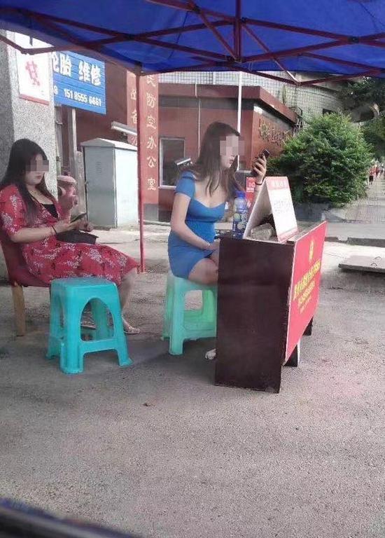 贵州凯里有女子穿低胸装坐服务站?当地回应