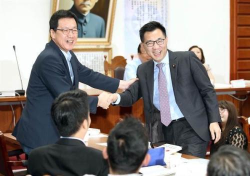 国民党立法机构党团14日举行总召选举,候选人江启臣(右)与费鸿泰(左)在党团大会上相互握手致意。(台湾《中时电子报》/姚志平 摄)
