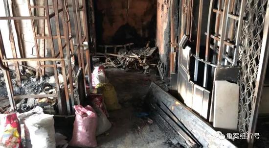 ▲记者探访失火公寓情况。