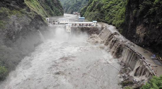 8月22日,龙潭水电站出现严重漫坝,泄洪闸无法开启,山洪从工作区7个窗户喷涌而出。 新京报记者 侯雪琪 摄