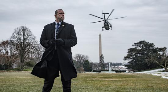 资料图:美国特勤局特工守护总统专机(Getty Images)
