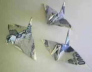 (圖爲用1000日元紙幣疊的千紙鶴,每隻面值約60元人民幣)