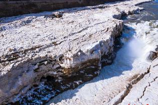 壺口瀑布冰水交融