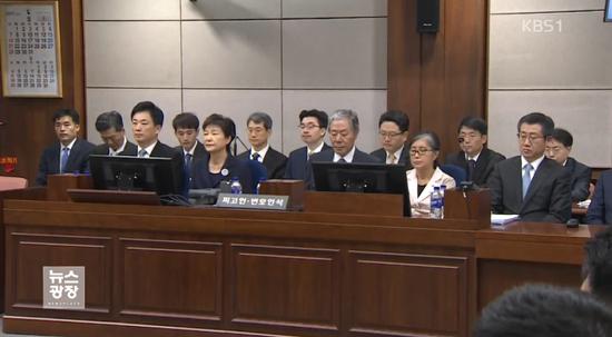去年5月,朴槿惠参加首场正式庭审