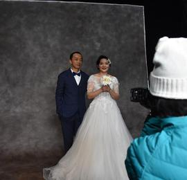 工地上的浪漫:60对农民工夫妻拍摄婚纱照