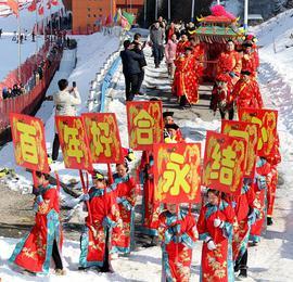 滑雪场员工大婚 雪地里办火锅长桌宴
