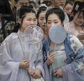 武汉花朝节开幕 民众着传统服装游园踏青