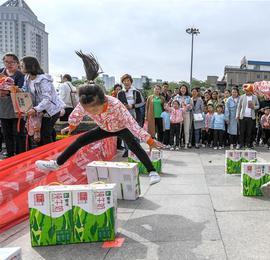 山西运城:废品利用 趣味运动