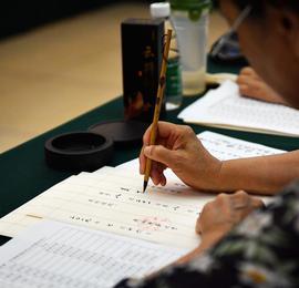 高校退休老师用毛笔亲写录取通知书