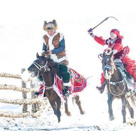 实拍新疆青河哈萨克族叼羊比赛 雪地上赛马赛况空前
