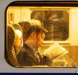 """列车上的春运 小小车窗演绎温暖""""回家情"""""""