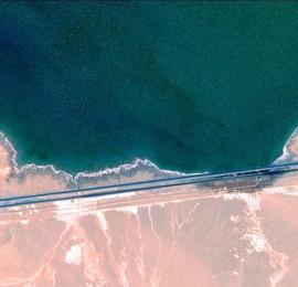 青海盐湖的卫星视角:星罗棋布宛如碧玉