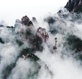 初冬时节江西三清山云雾缭绕