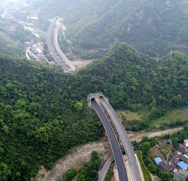 航拍穿越群山正在建设的峨眉汉源高速公路