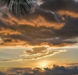 夕阳下的海口风景如画