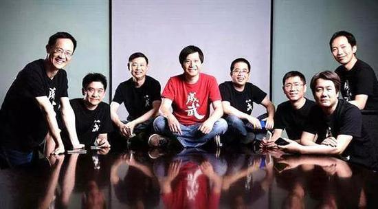 """小米""""八大金刚"""",从左至右依次为:林斌、黄江吉、周光平、雷军、黎万强、刘德、王川、洪锋"""
