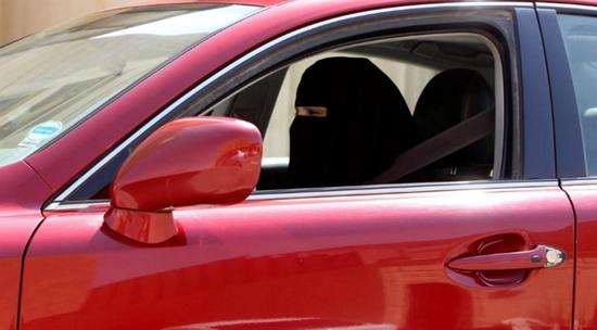 2013年10月22日,一名妇女在沙特阿拉伯利雅得驾驶一辆汽车。(图源:路透社)