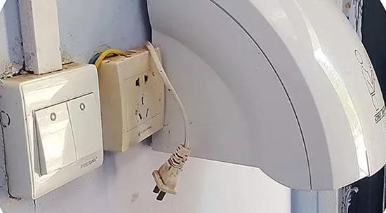 """公厕干手器无法使用 本文图片均来自""""中国消费者报""""微信公众号"""