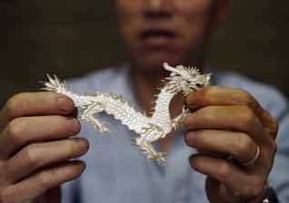 穿戴在身上的白银图腾 传承千年苗族银饰