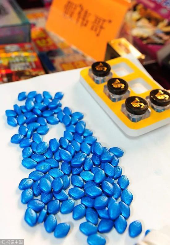 """▲2010年,佛山警方查获316万粒假""""伟哥""""等假药品、假保健品。图/视觉中国"""
