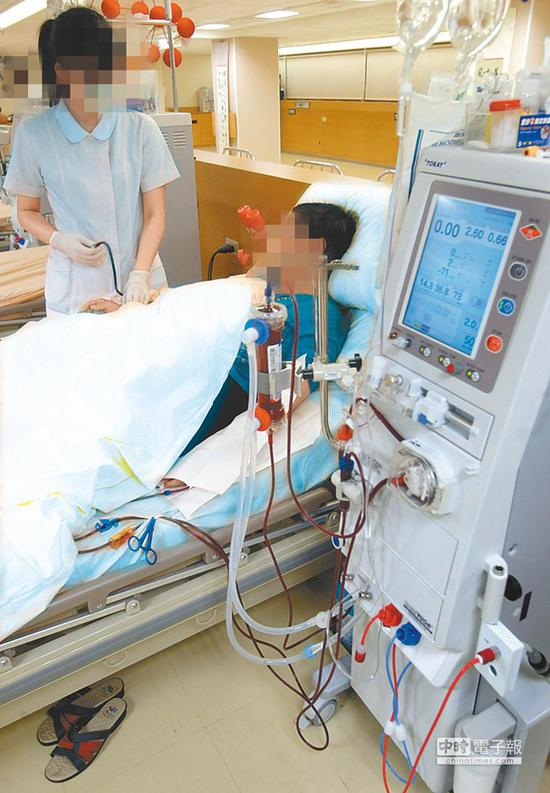 台大医院加护病房医护人员在替患者洗肾时,疑因标示不清,将原本应接RO逆渗透水的孔洞,接到一般的自来水。图为患者洗肾示意画面,地点、人物皆非新闻事件当事人。(图片来源:台湾《中国时报》资料图)