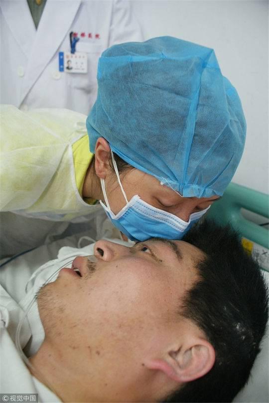 2008年5月20日,重庆,陈颖在地震后第一次见到老公马元江并送上深深一吻。图据视觉中国