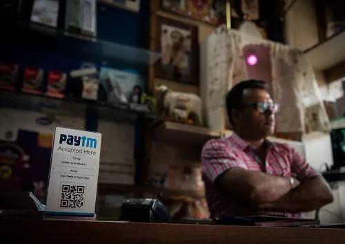 """▲资料图片:这是2017年4月12日在印度新德里一家电器店拍摄的Paytm收款二维码。支付宝母公司蚂蚁金服从2015年对印度Paytm进行投资和技术支持,目前Paytm已经成为印度版的 """"支付宝"""",成为印度最大的移动支付平台。"""