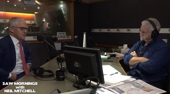 (图为特恩布尔接受3AW广播采访现场。)