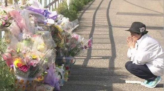 当地民众献花纪念遇害的7岁女童