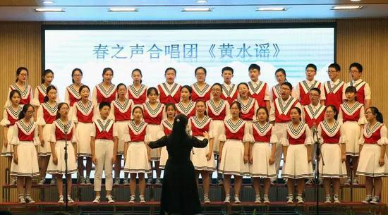 久隆模范中学学生在表演节目